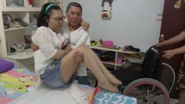 夫妻收养弃婴,娃瘫痪近10年仍不弃