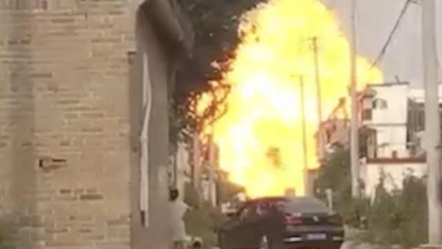 燃气运输车爆炸,钢瓶炸飞村民吓瘫