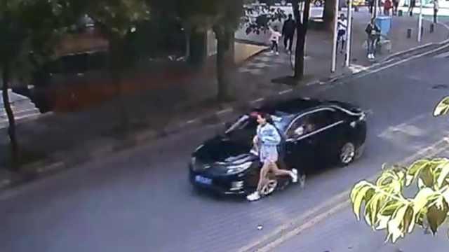 女子横穿马路被撞翻,竟坐地捋头发