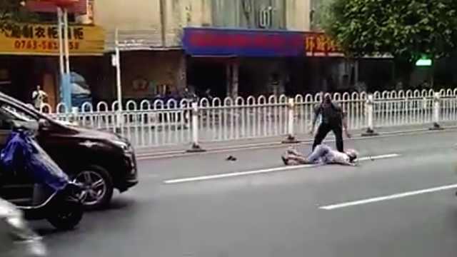 摩托司机欲持锁打人,反被拎起摔地