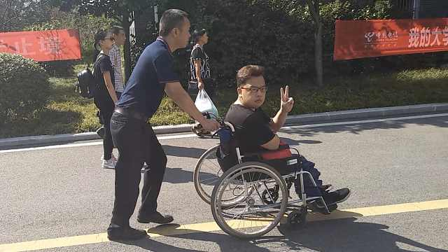 轮椅男孩读大学,学校为他