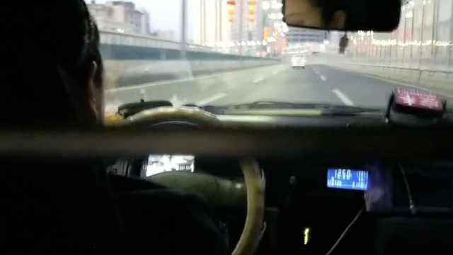 女出租司机开车