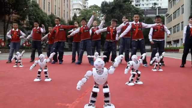 开学首日机器人助阵,与学生拼舞姿