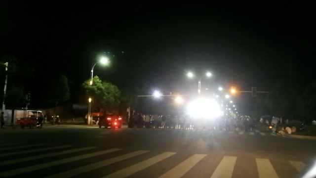 舞台车竟停十字路,头顶红绿灯表演