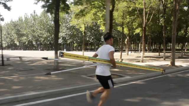 他暑假留校练测量,抱30斤尺跑万米