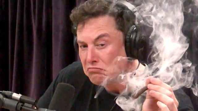 马斯克上节目抽大麻,特斯拉股价跌