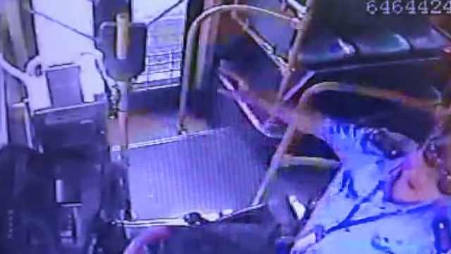 公交司机突感不适,昏迷前将车停稳