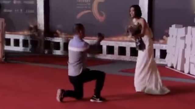 王珞丹红毯被求婚,吓到连连后退