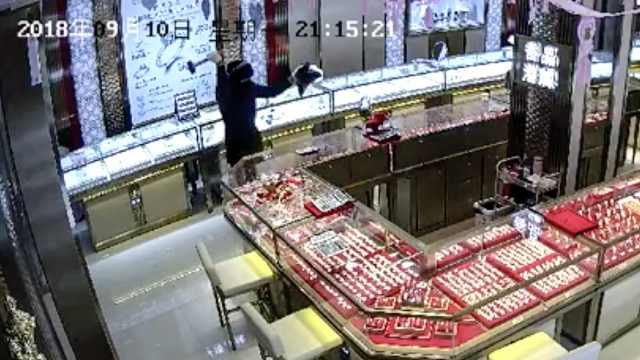 男子持锤抢劫珠宝店,22秒得手就跑
