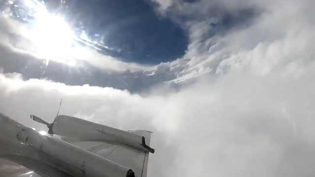 为搜集信息,气象侦察机飞越飓风眼