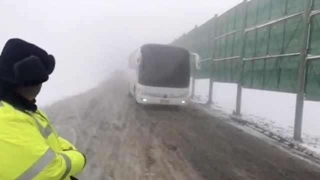 突降10度!新疆大雪,民警裹棉衣护航