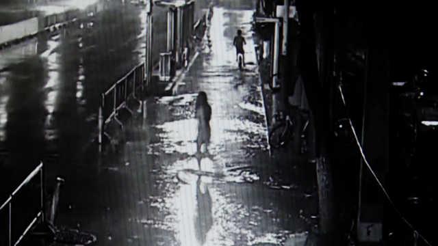 女子雨夜散心,他假借撑伞伸咸猪手