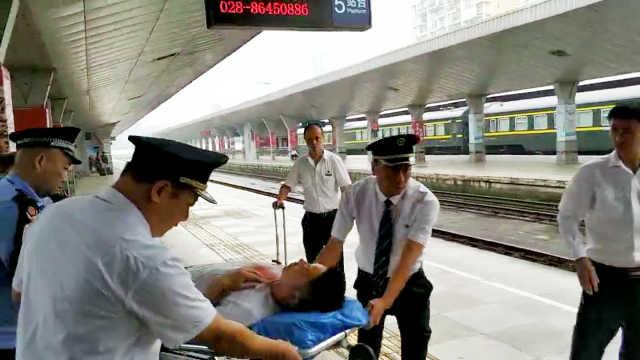 旅客火车上鼻血不止,众人急救送医