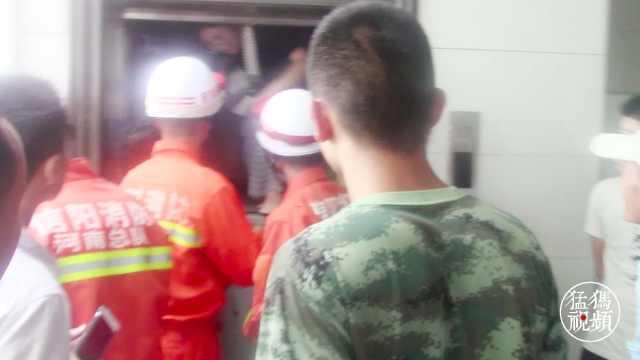 医院电梯故障5人被困 众人淡定救援