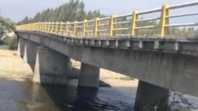 黑龙江一大桥桥墩坍塌,桥面已下沉
