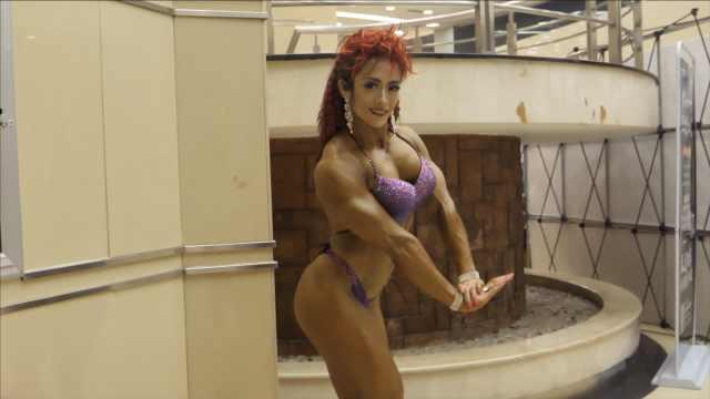 33岁参加健美比赛,她花1万买比基尼