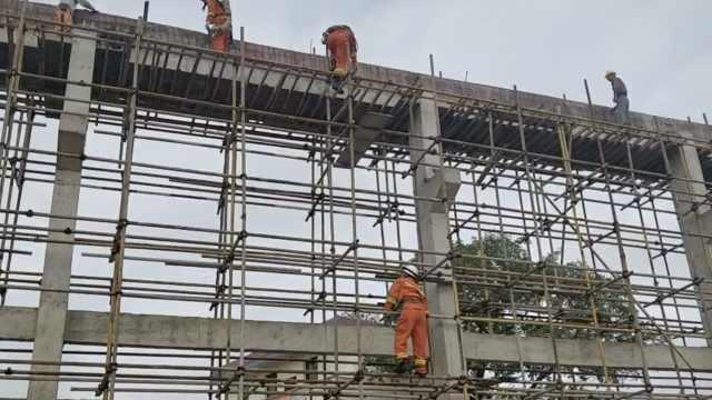 工人昏厥,消防变蜘蛛侠爬高架救下