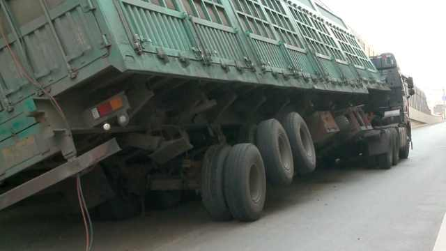 大挂车卡桥太死,为求脱身只能切割
