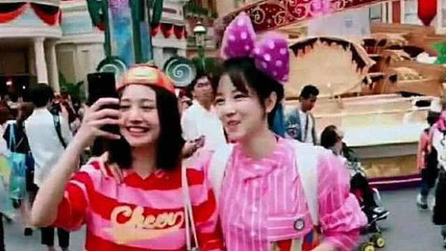 网友日本偶遇郑爽,手机自拍笑容甜