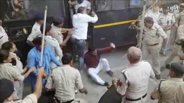 印反对党抗议不当言论,遭警察棒打