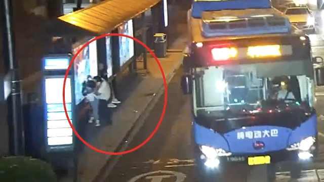 女孩公交站等车,突遭陌生男子强吻