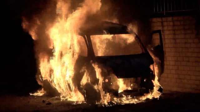 面包车行驶中突发大火,被烧成光架