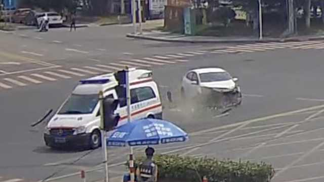 救护车闯红灯撞私家车,私家车全责