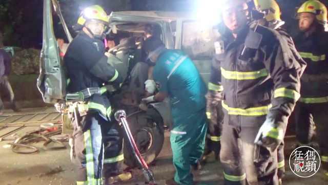 男子脚被卡,消防徒手掰开车门