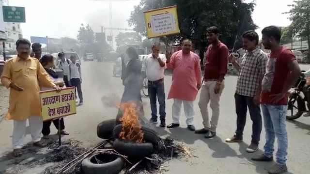 印度高种姓人用黑衣黑气球抗议总理