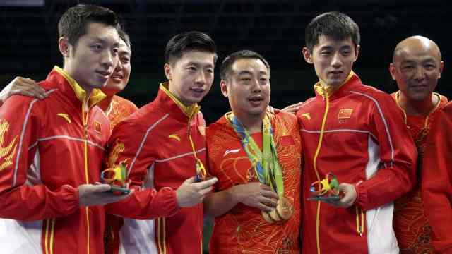 刘国梁第一时间看队员:像回家一样