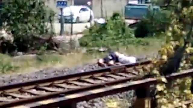 疑老人送饭横穿铁路,被火车撞死