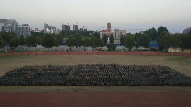 4千新生摆图案迎国庆,学生:很激动