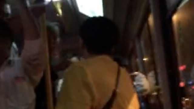 疑女子公交霸座,与老人争执频爆粗