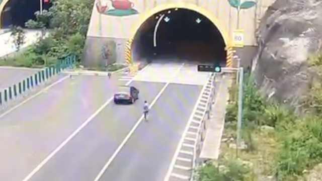 小车高速被挂车剐蹭,他竟光脚追赶