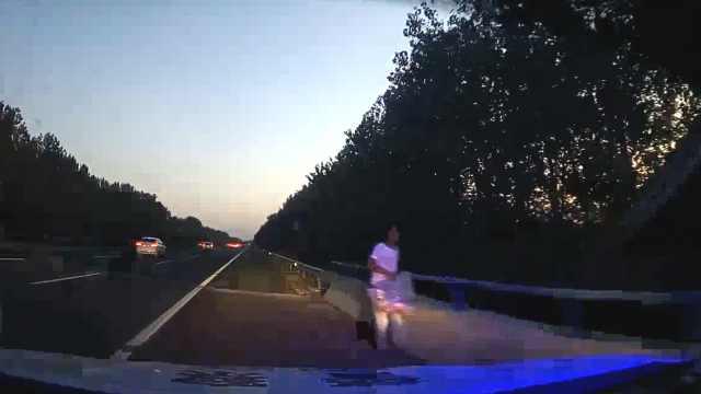他独自走进高速返程车流,民警带离