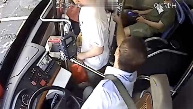 乘客手机被偷,公交司机2秒霸气夺回