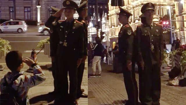 小朋友自发向军人敬礼,游客:太震撼