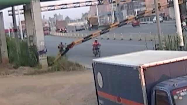 吓人!货车碰断限高杆,男子死里逃生