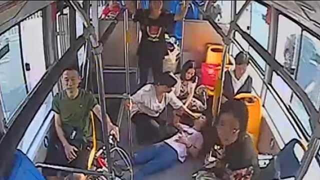 女子公交上晕倒,乘客看护交警开道