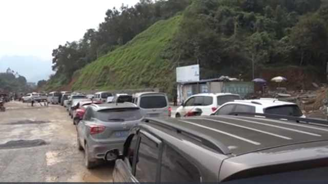 国道堵5公里,交警:施工方擅自封路