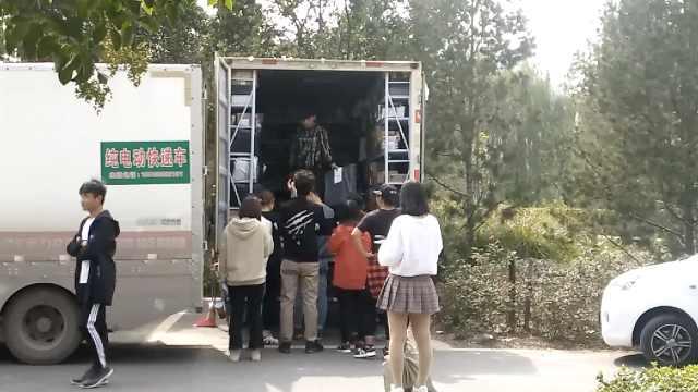 高校禁快递入内,学生校外排长队