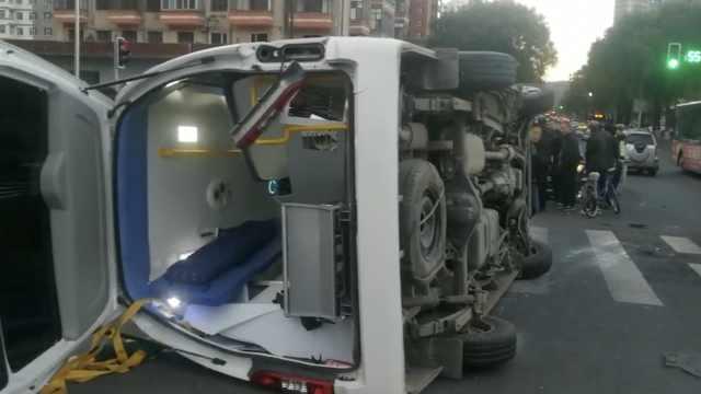 出租疑抢灯撞翻120车,车内还有患者
