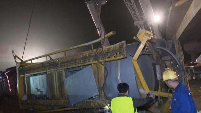 罐车运29吨黄磷侧翻,消防紧急救援