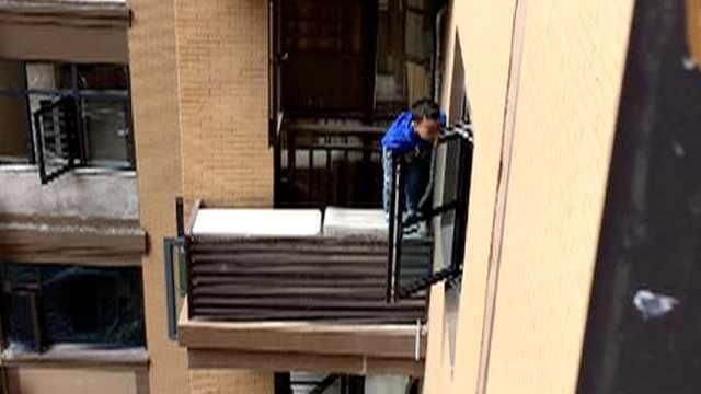 险!2岁男孩坠楼挂窗,邻居合力拉回