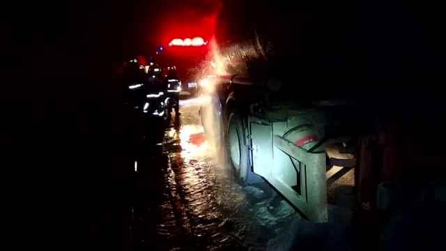危险!大罐车满载液碱,轮胎突然起火
