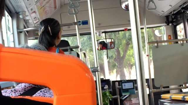 大妈乘公交用蔬菜占座,还怒怼司机