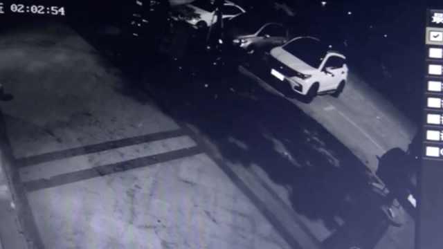 小车猛怼路边6台小车,司机竟溜了