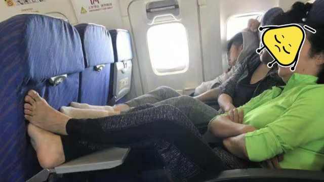 空乘脱鞋_男子飞机上脱鞋抖脚,乘客:味道很重_双眼皮-梨视频官网-Pear Video