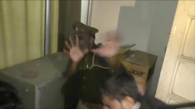 印度律师围堵警局群殴警察,被拘留
