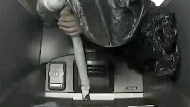 笨贼拿铁棒撬ATM机,称羡慕别人取钱